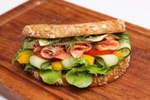 Eiweißbrot mit Räucherlachs, Paprika, Gurke und Tomate – Low-Carb