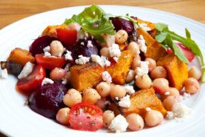 Kürbis mit rote Bete, Kichererbsen, Tomaten und Fetakäse