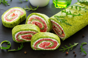 Lachs-Spinat-Rolle mit Rucola