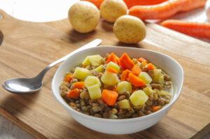 Linseneintopf mit Kartoffeln und Möhren