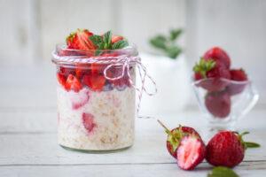 Porridge mit Erdbeeren und Erdnussbutter-Milch