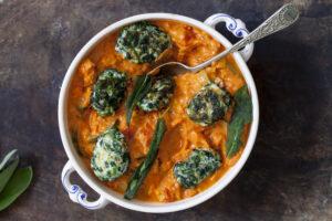 Möhren-Paprika-Curry mit Spinat-Nockerl und Salbei