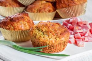 Deftige Muffins mit Speck, Frühlingszwiebeln und Gouda