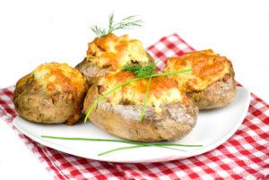Ofenkartoffeln gefüllt mit Hackfleisch und Käse