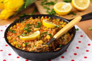 Reispfanne mit Mais, Erbsen und Paprika