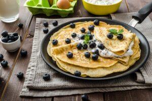 Pfannkuchen mit Mandelmehl, Blaubeeren und Chia-Quark