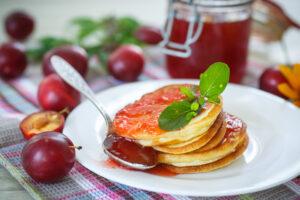 Pfannkuchen mit Erdnussbutter und Pflaumenmus