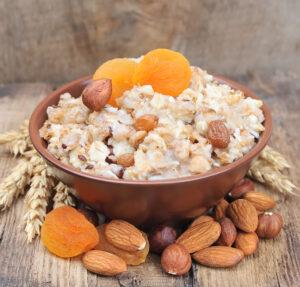 Porridge mit Apfel, getrockneten Aprikosen und Nüssen