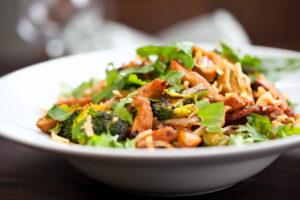 Putenfleisch-Brokkoli-Pfanne mit Kichererbsen Nudeln