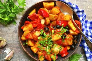 Ragout mit Tomaten, Paprika und Kartoffeln