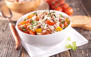 Reissalat mit Gurke, Tomaten und Paprika