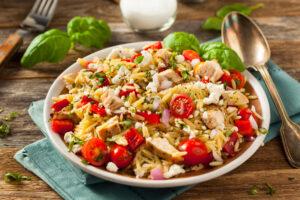 Reissalat mit Hähnchen, Tomaten, Paprika und Feta
