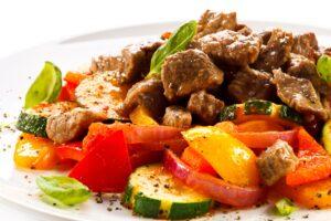 Rindfleisch mit Zucchini und Paprika
