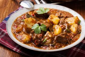 Rindergulasch mit Kartoffeln und Paprika