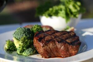 Rinderfilet mit Brokkoli, Salat und Käsesauce