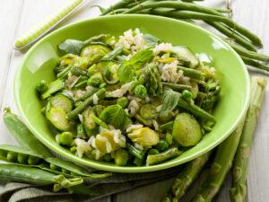 Risotto mit Zucchini, grünen Bohnen, Erbsen und grünem Spargel