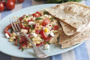 Rührei mit Tomaten, Feta und Tortilla