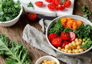 Salat Bowl mit Grünkohl und Wasabi-Dressing
