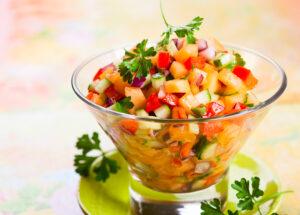 Salat mit Gurke, Zwiebel, Paprika und Melone