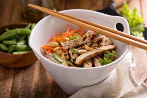 Hähnchenbrust-Salat mit Möhren und Gurke
