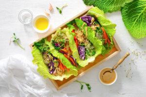 Salatröllchen mit Quinoa und Erdnusssauce
