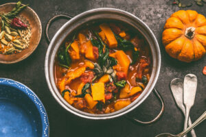 Scharfer Kürbistopf mit Spinat, Tomate und Ras el Hanout