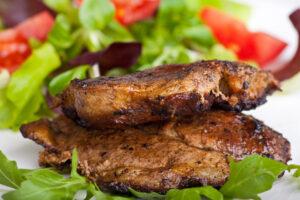 Schweinesteaks mit gemischtem Salat