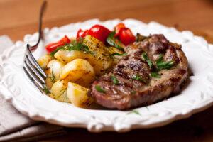 Schweinesteak mit Kartoffeln, Paprika und Zucchini