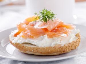 Lachs-Sesambrötchen mit Meerrettichquark