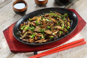 Shiitake-Pilze mit Möhren, Sellerie und Sojasauce