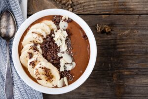 Schoko-Smoothie Bowl mit Bananen und Haselnüssen