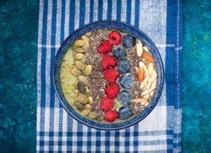 Smoothie Bowl mit Kiwi und Gurke