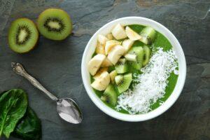 Smoothie Bowl mit Spinat, Kiwi und Bananen