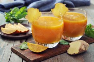 Smoothie mit Mango, Apfel und Ingwer