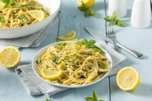 Spaghetti mit frischer Zitrone und Tomatensalat
