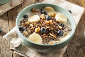 Quinoa mit Banane, Blaubeeren und Walnüssen