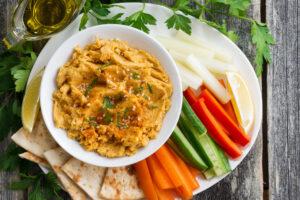 Vegetarischer Dip mit Gemüsestick und Tortillaecken