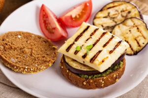 Vegetarischer Burger mit Aubergine, Pesto und Grillkäse