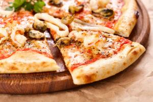 Vollkorn-Pizza mit Meeresfrüchten