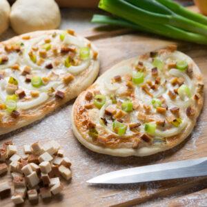Vollkornflammkuchen mit Tofu und Frühlingszwiebeln