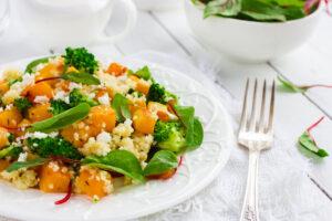Warmer Couscoussalat mit Brokkoli, Kürbis und Feta
