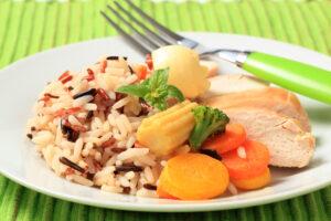 Wildreis-mit Hühnchen, Möhren, Maiskölbchen und Brokkoli