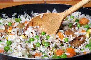 Wildreis mit Karotten, Mais und Erbsen