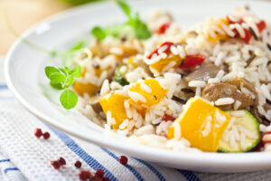 Wildreis mit Zucchini, Paprika, Zwiebeln und Champignons