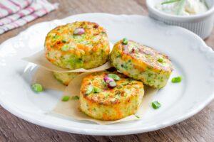 Zucchini-Lachsforellen-Frikadellen mit Joghurtdip